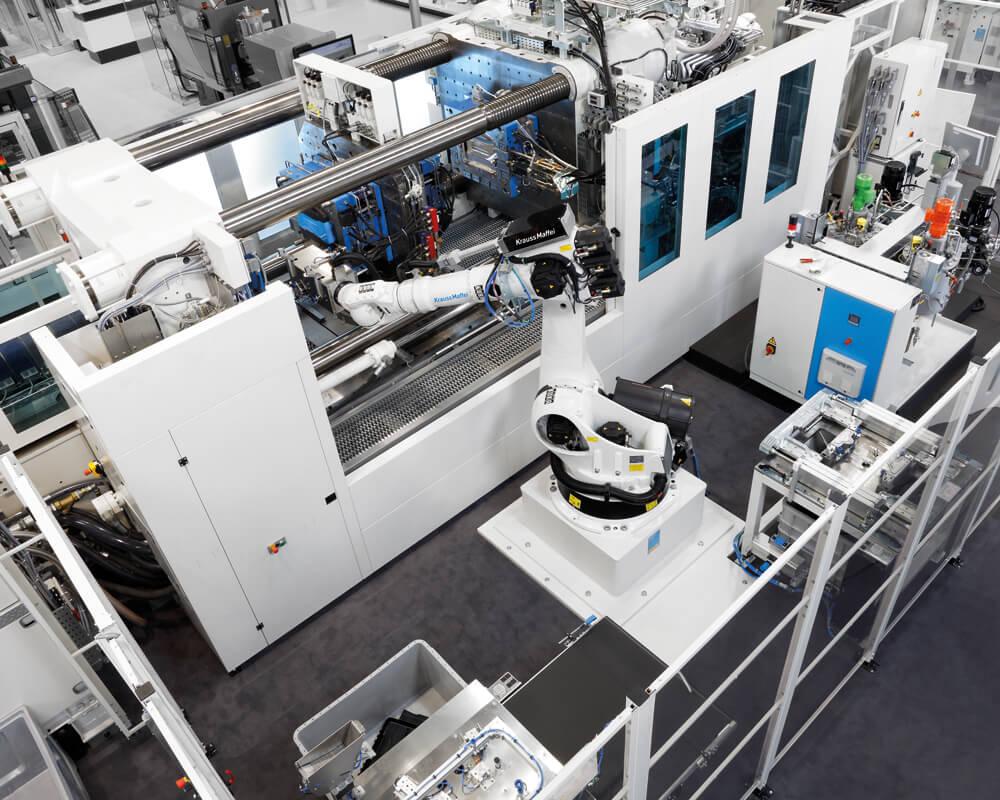 Vstřikovací stroje KraussMaffei s plně automatizovaným pracovištěm